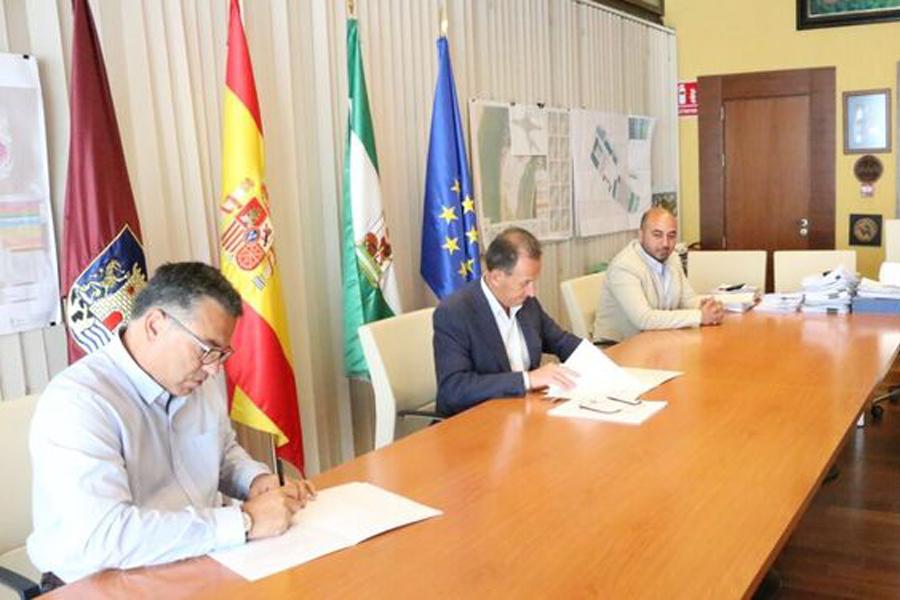 Ayuntamiento y AE Chiclana firmamos un acuerdo marco para revitalizar el tejido económico de la ciudad